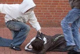 TUČA U BANJALUCI Petorica muškaraca pretukla mladića (22) na parkingu