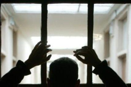 OTELI PIŠTOLJE OD POLICAJACA Preko pedeset zatvorenika pobjeglo iz zatvora, upravnik DOBIO OTKAZ