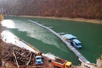 OTKLONJENA OPASNOST Sa zaštitne mreže na Vrbasu uklonjeno 6.000 kubika otpada
