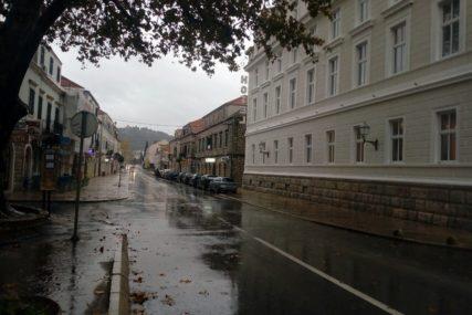 VOZAČI, SMANJITE GAS! Kolovozi u BiH mjestimično vlažni, opasnost od ODRONA