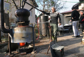 Carinici kaznili 98-godišnju staricu u Lici jer je PEKLA RAKIJU