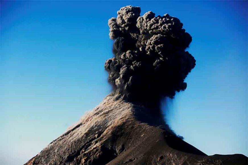EKSPLOZIJE POČELE U ZORU Stotine ljudi evakuisane zbog erupcije vulkana