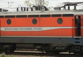 NESREĆA NA PRUŽNOM PRELAZU Ženu udario voz u Doboju, mašinovođe joj pružile pomoć