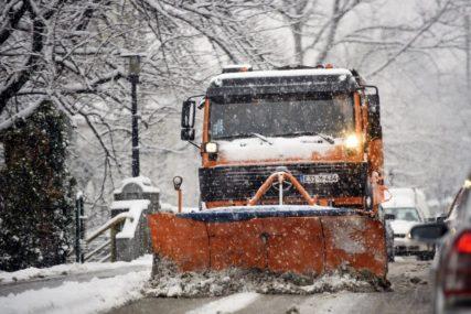 U STRIČIĆIMA DO 30 CENTIMETARA SNIJEGA  Zimske službe cijelu noć bile na terenu