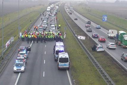 """""""ŽUTI PRSLUCI"""" U VARŠAVI Farmeri blokirali saobraćaj, protive se uvozu stranih proizvoda"""
