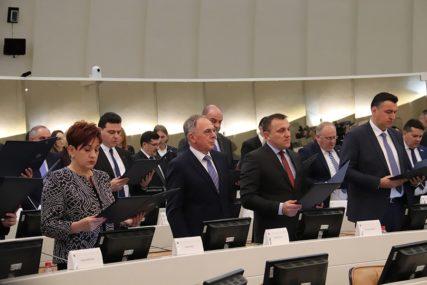 UZELI 2,3 MILIONA KM, PA SE SJETILI DA RADE Ovo su pojedinačna primanja parlamentaraca BiH (FOTO)