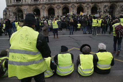 """I DANAS NA ULICAMA Nastavljeni protesti """"žutih prsluka"""", blokirani kružni tokovi širom Francuske"""