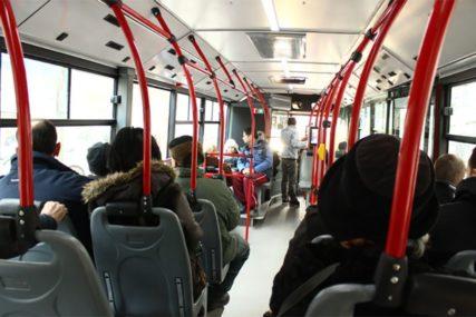 UDARIO PUTNIKA VRATIMA Muškarac snimao vozača dok koristi telefon, pa izbačen iz autobusa