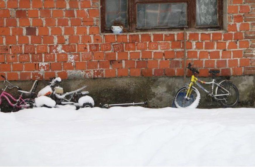 MUK U KOMŠILUKU Dan nakon potresnog ubistva u Bihaću: Tri dječija bicikla naslonjena na KUĆU STRAVE