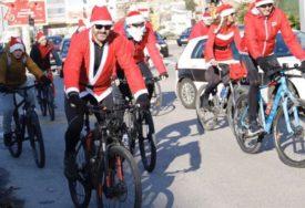 PRAZNIČNA ČAROLIJA U MOSTARU Djeda Mrazovi i Mrazice na tradicionalnoj biciklijadi (FOTO)