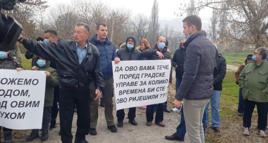 """""""DUŽE MOŽEMO IZDRŽATI POD VODOM"""" Protest mještana Doca zbog NESNOSNOG SMRADA iz Crkvene"""