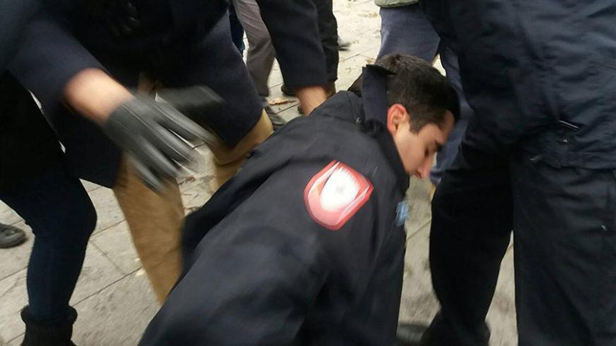 KLJUČA U CENTRU BANJALUKE Povrijeđen policajac, građani ga ŠUTIRALI NOGAMA kada je pao na zemlju (VIDEO, FOTO)