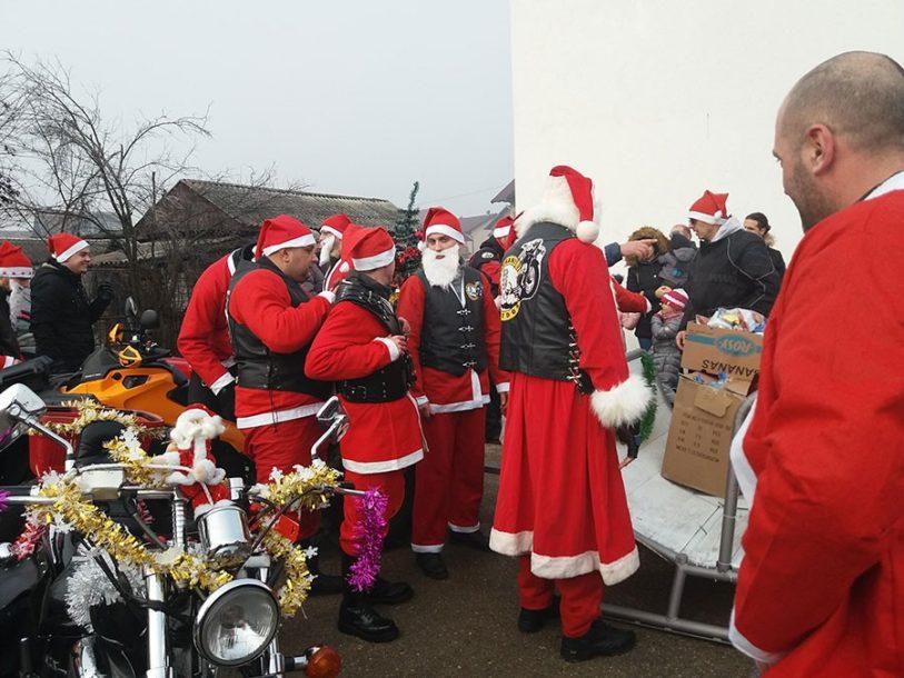 OBRADOVALI NAJMLAĐE Prijedorski bajkeri obukli odijela Djeda Mraza i podijelili novogodišnje paketiće
