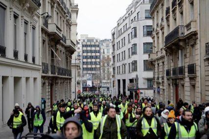 """ŽESTOK POČETAK PROTESTA Tuča """"žutih prsluka"""" i policijeu Parizu, bačen suzavac (VIDEO)"""