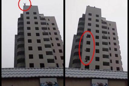 TINEJDŽER (15) SKOČIO U SMRT Bogdan je spremio padobran i bacio se sa zgrade, posmatrači sve snimali (VIDEO)