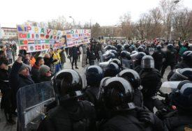 SLOBODA JAVNOG OKUPLJANJA U BiH Jedne tuku i hapse, drugima naplaćuju POLICIJSKE USLUGE
