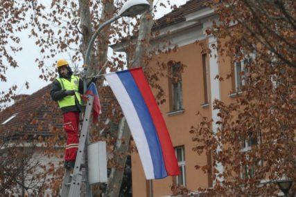 OŠTETILI ZASTAVU REPUBLIKE SRPSKE Policija traga za vandalima iz Osmaka
