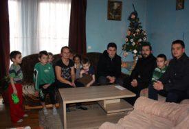 USREĆILI MALIŠANE Sveštenici uručili poklone siromašnim porodicama na području Modriče