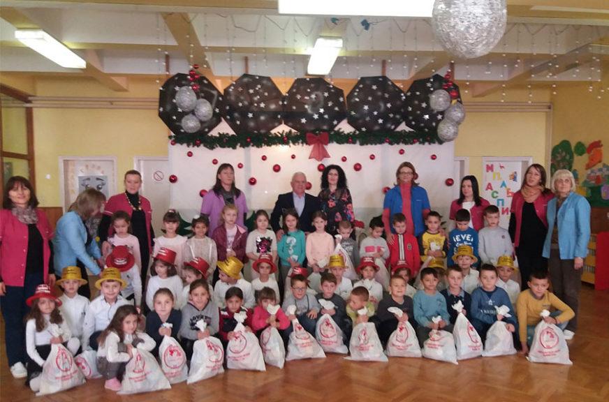 Mališanima u Zubinom Potoku uručeno 250 novogodišnjih paketića prikupljenih u Srpskoj
