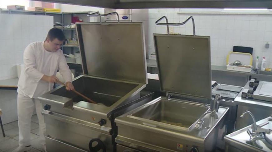DAUNOV SINDROM NIJE PREPREKA Petar radi u vrtiću kao pomoćni kuvar u koji je nekad išao