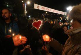 POSLJEDNJA DAVIDOVA NOĆ U BANJALUCI Majka Suzana i brojni građani zapalili svijeće za PRAVDU