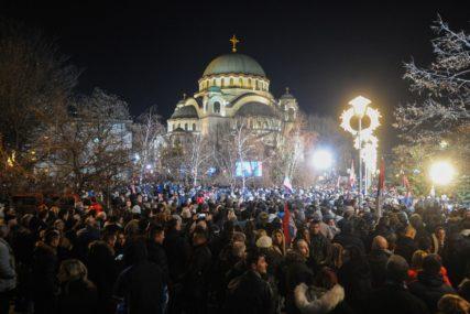 """ODJEKUJE """"KAĆUŠA"""" I """"TAMO DALEKO"""" Hiljade ljudi dočekalo Putina ispred hrama Svetog Save u Beogradu (FOTO)"""