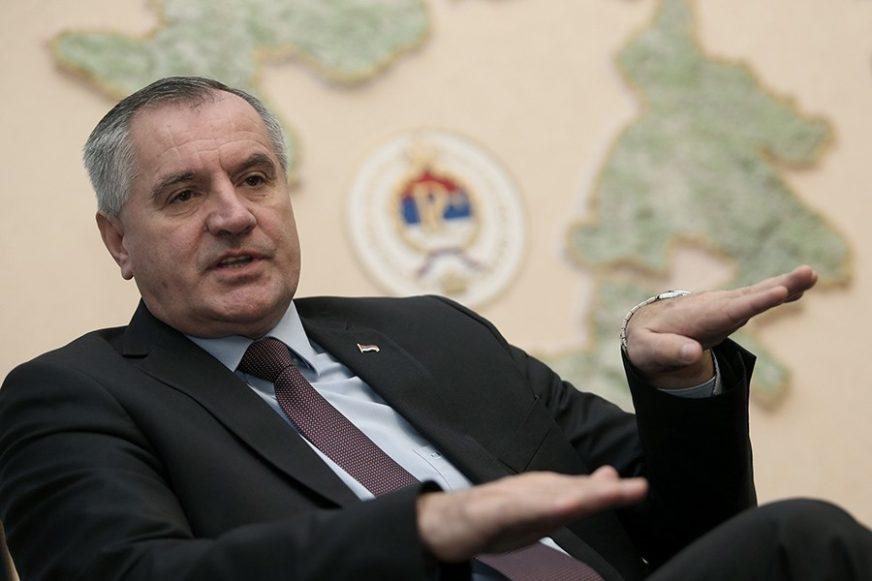 """""""DJECI MINISTARA, DIREKTORA I BOGATIH NE TREBAJU BESPLATNI UDŽBENICI"""" Premijer Višković smatra da nisu svi u istoj poziciji"""