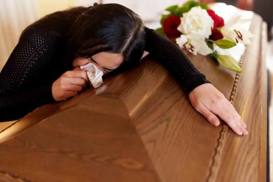 HOROR U ŠUPI Komšinica otišla po drva i pronašla KOVČEG SA TIJELOM, a objašnjene sina preminule žene je STRAVIČNO