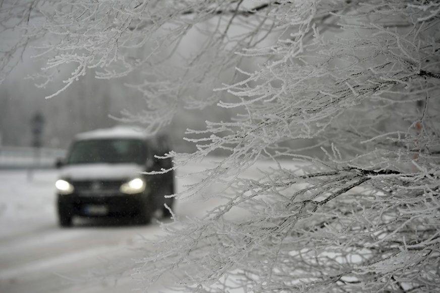 VOZAČI, OBRATITE PAŽNJU Zbog snijega i poledice otežan saobraćaj preko planinskih prevoja