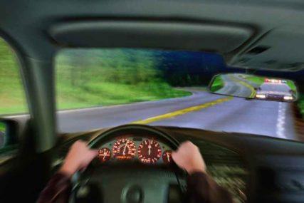 BAHATOST NA DJELU Vozač prolazi na crveno, ide preko ostrva, a onda VOZI U SUPROTNOM SMJERU (VIDEO)