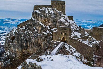 BAJKOVIT PRIZOR Dvorac u Srebreniku pod snijegom (VIDEO)