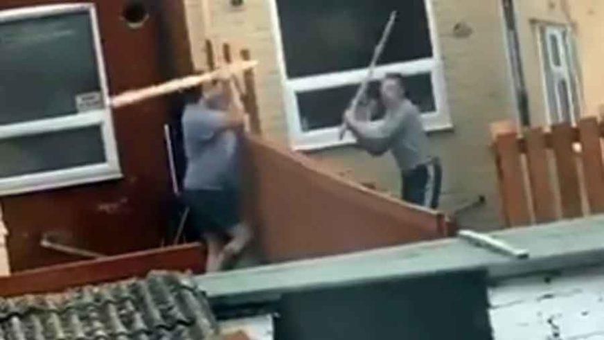 LJUTE KOMŠIJE – VIRALNI HIT Tukli se daskama, a onda je žena metlom gađala komšiju (VIDEO)