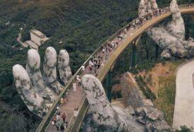 ELEGANTAN DIZAJN Fascinantan most u Vijetnamu drže DIVOVSKE KAMENE RUKE