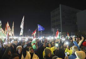 """DEMONSTRACIJE U BUDIMPEŠTI Građani na ulicama pod parolom: """"Nacionalni protest protiv robovskih zakona"""""""