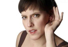 NEVJEROVATNO! Ljekari ostali zbunjeni kada se pojavila djevojka koja ne može čuti MUŠKE GLASOVE