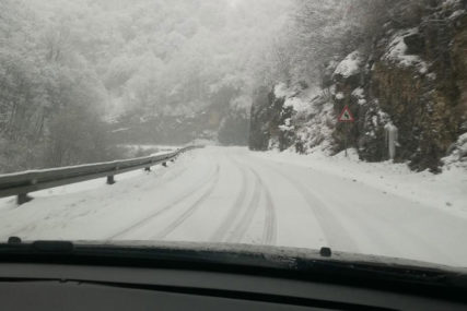 PREPORUČUJE SE OPREZ VOZAČIMA U višim predjelima poledica i ugažen snijeg