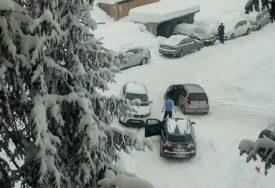 """NEUGODNO IZNENAĐENJE Vozila zaglavila u snijegu, a policija ih """"počastila"""" kaznama za nepropisno parkiranje"""