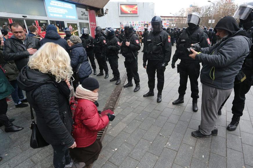 DEMOKRATIJA U OKOVIMA Orvel kuca na vrata Srpske