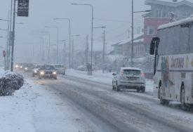 HAOTIČNO STANJE Snježni nanosi otežavaju saobraćaj na auto-putu Banjaluka – Doboj (VIDEO)