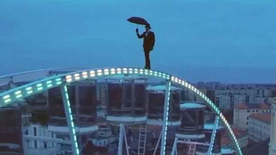 ODVAŽAN ČOVJEK U elegantnom odijelu s kišobranom u ruci izveo zapanjujuć i OPASAN PODVIG (FOTO)