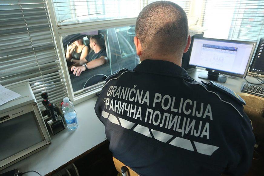 PRONAĐENO I ODUZETO VOZILO Spriječeno  krijumčarenje 32 migranta