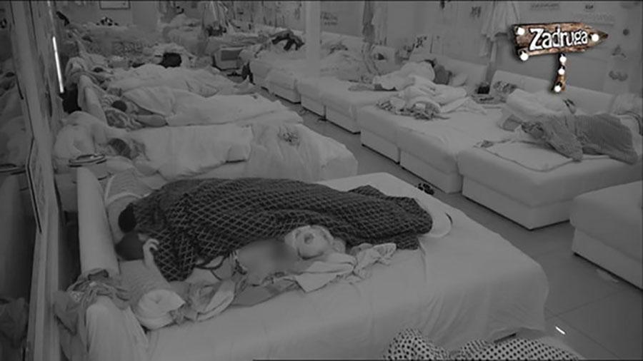 SEKS U PUNOJ SOBI Pokrivač se pomjerio i kamera je Kulićevu snimila bez donjeg veša