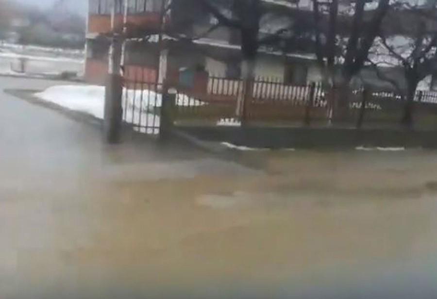 POPLAVA U TRAVNIKU Voda na saobraćajnicama, ugrožene i kuće (VIDEO)
