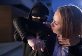 ALARMIRANA POLICIJA Razbojnici upali u stan, NAPALI VLASNICU i oteli joj ZLATNI NAKIT