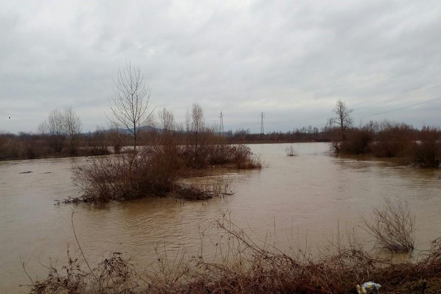 PRATE SE UGROŽENA PODRUČJA Rastu vodostaji Drine i Save, u pojedinim mjestima došlo do izlivanja rijeke