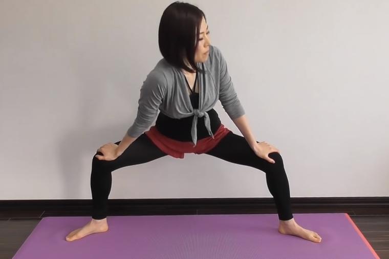 PROBAJTE Ova vježba istezanja jača mišiće stomaka i nogu, liječi bol u kičmi (FOTO)