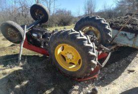 NESREĆA KOD SOKOCA Muškarac poginuo prilikom prevrtanja traktora