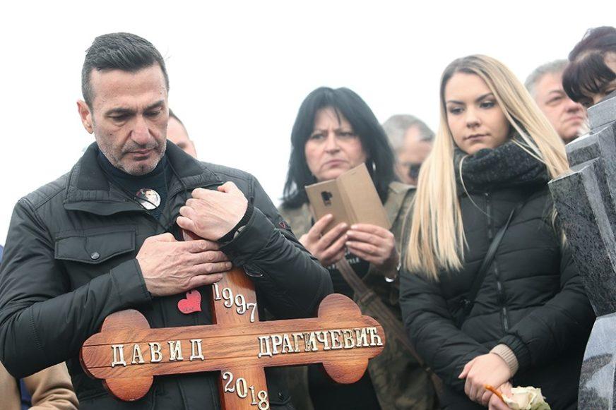 """""""CRNILO I TIŠINA"""" David Dragičevič ubijen je prije godinu, njegov otac OVO PORUČUJE (FOTO)"""