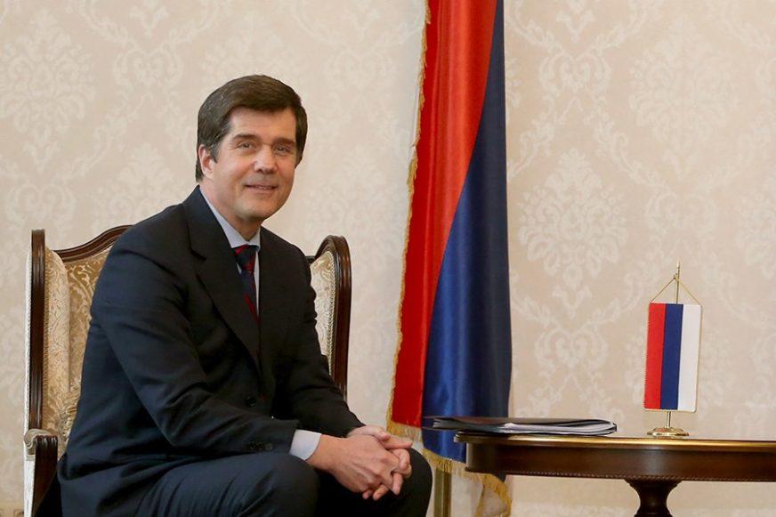 SLIKAO SE S GRAĐANIMA Ambasador SAD u BiH Erik Nelson tramvajem došao na posao (FOTO)
