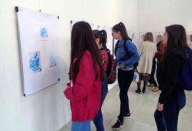 "IZLOŽBA ""U MOJOJ GLAVI"" Srednjoškolci u Mrkonjić Gradu predstavili svoje likovne radove"